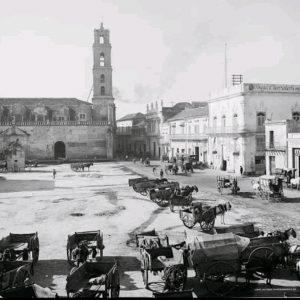 Carros a la espera de mercancías ante la antigua Aduana de La Habna