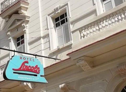 Detalle del rótulo del Hotel Lincoln