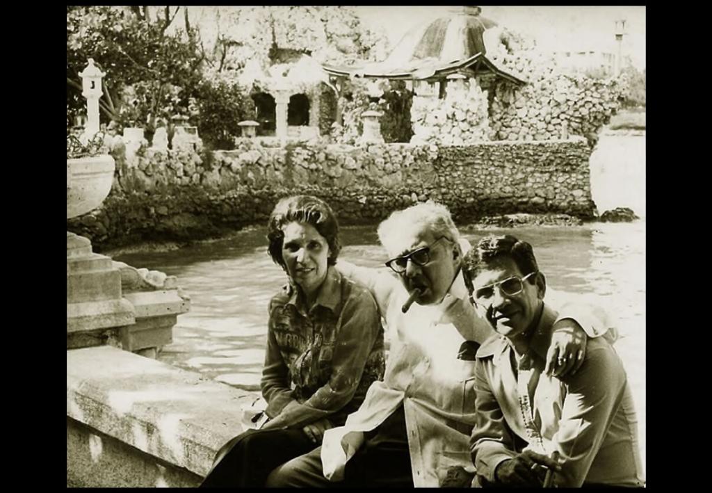 José Lezama Lima, su esposa María Luisa, José Triana y Chantal Dumaine en octubre 25 de 1975. Jardines del Restaurante 1830