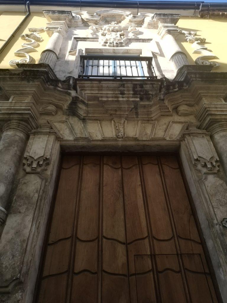 Casa de la Obrapía-Pórtico de entrada inclinado