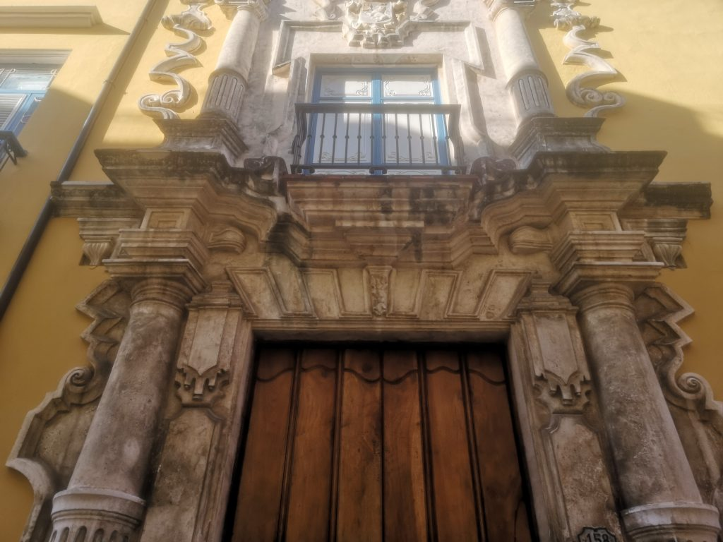 Casa de la Obrapía-Pórtico de entrada detalle debalcón