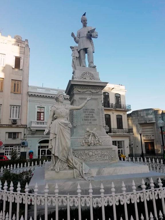 Estatua en su honor ubicada en la Plaza de su mismo nombre: Francisco de Albear.