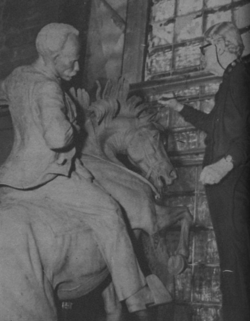 Anna Hyatt Huntington modelando la estatua ecuestre de José Martí