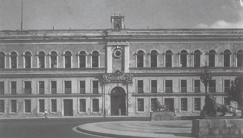 Cárcel de Tacón, fachada al Paseo del Prado, se observan los leones en primera plana.