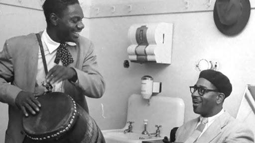 Chano Pozo con su tambor y Dizzy Gillespie. Imagen tomada de HabanaRadio.cu