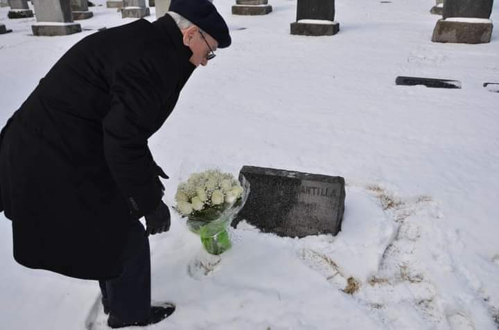 Eusebio Leal Spengler ante la tumba de Carmen Miyares en Nueva York