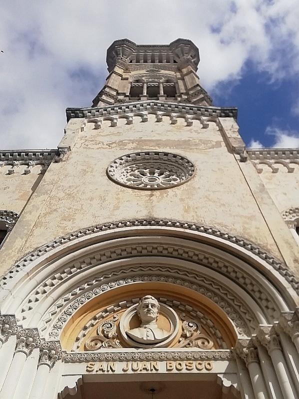 Iglesia de San Juan Bosco - detalle de la fachada