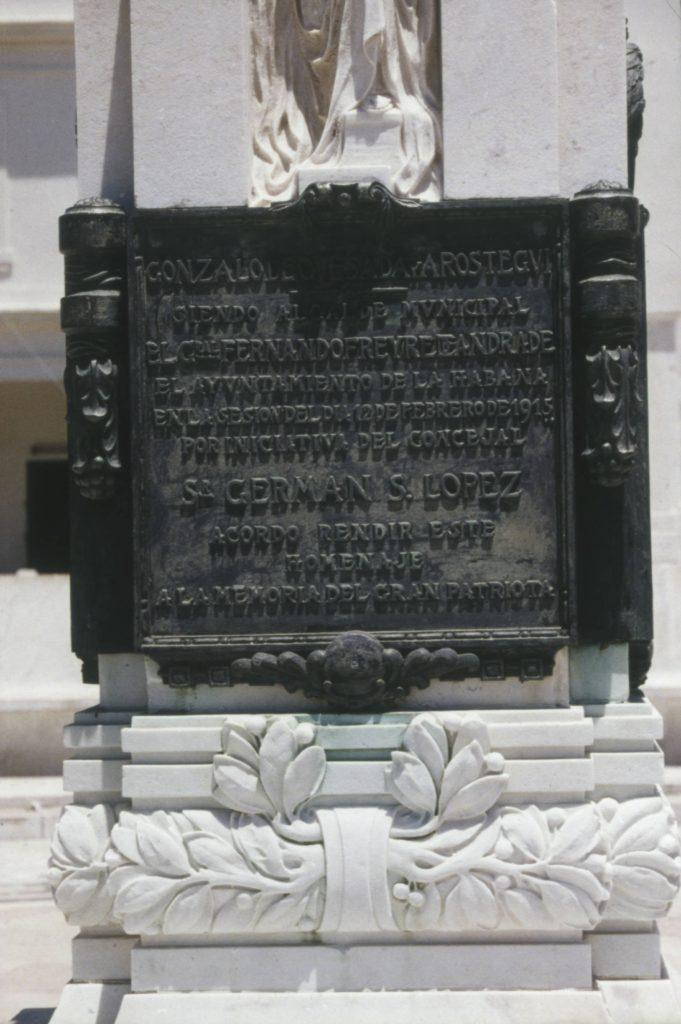Gonzalo de Quesada, detalle pedestal frente al Auditorium Amadeo Roldán, año 1990