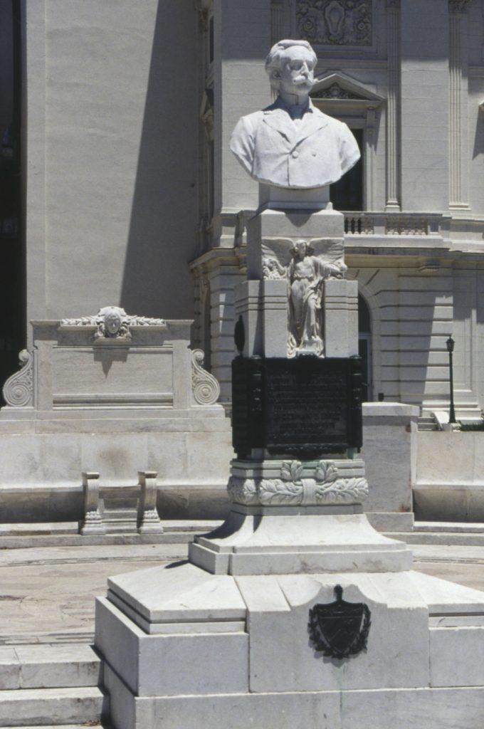 Gonzalo de Quesada, detalle busto y pedestal frente al Auditorium Amadeo Roldán, año 1990