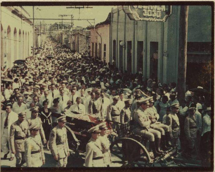 Urna con los restos de José Martí, trasladada por las calles de Santiago de Cuba 1951