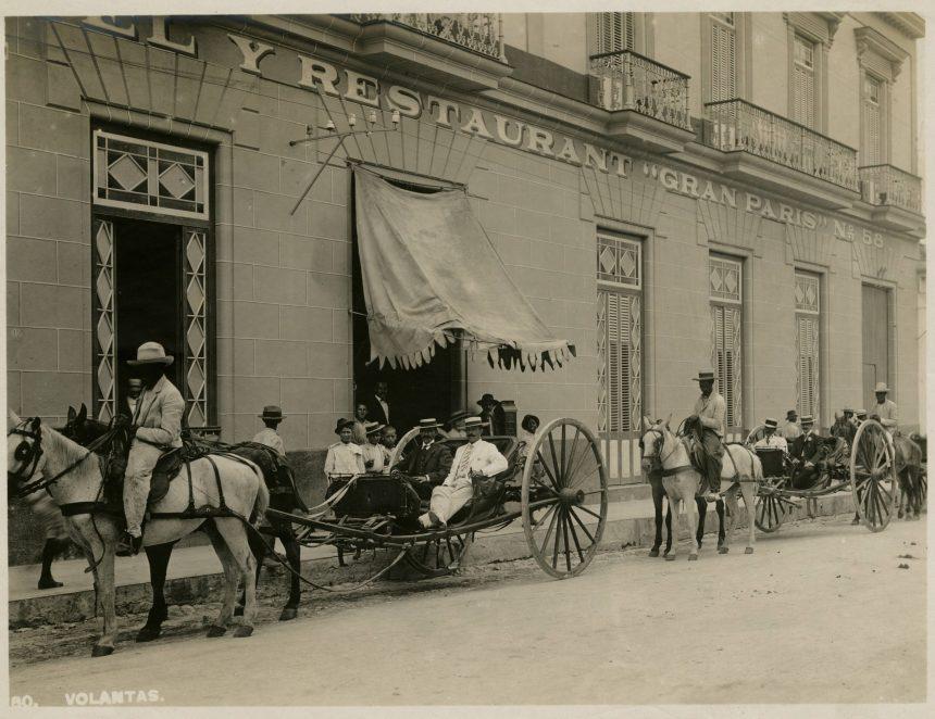 1900 Quitrín frente al Hotel y Restaurante Gran París de Matanzas.