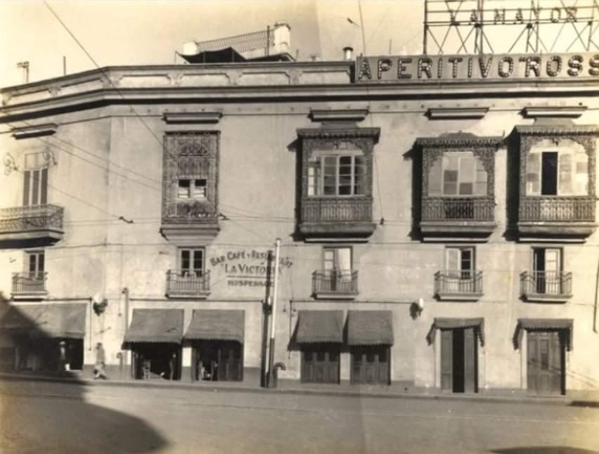 Edificio Puente y Bar - Restaurante La Victoria en la esquina de Oficios y Luz en La Habana