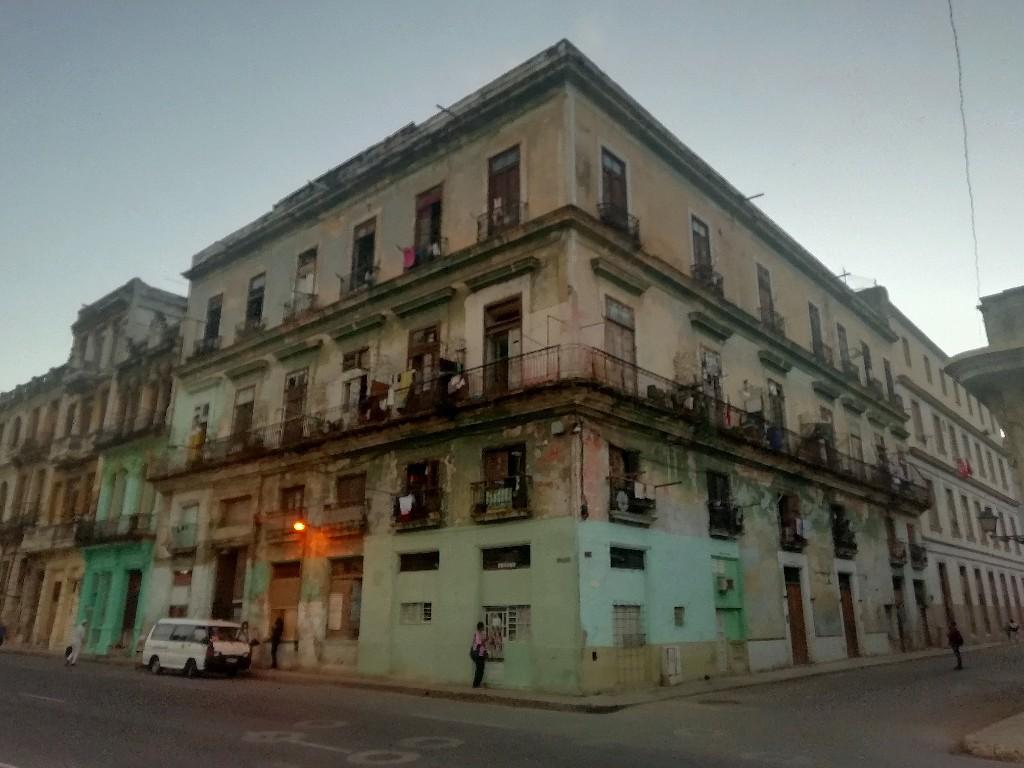 Hotel Gran América en la esquina de Industria y Barcelona, convertido en casa de vecindad