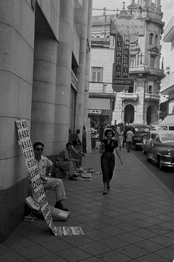 Acera de La Moderna Poesía (calle Obispo)