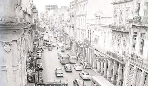 Calle Reina en la década de 1950, se puede observar la casa Edison