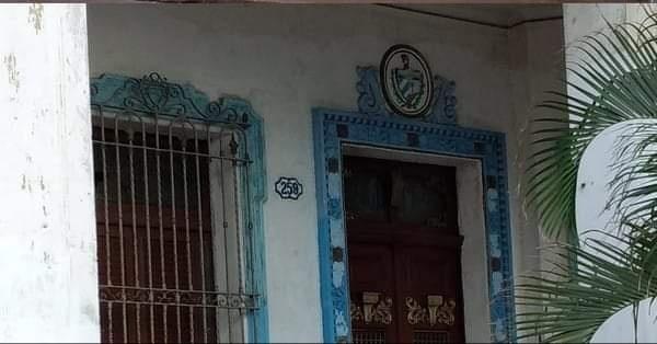 Escudo de la República e la entrada de la casa de Pablo Mendieta