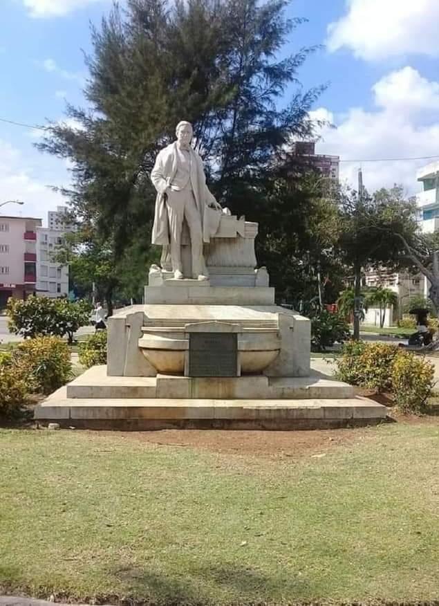 """Monumento a Francisco Frías """"Conde de Pozos Dulces"""" en el Parque homónimo del Vedado"""