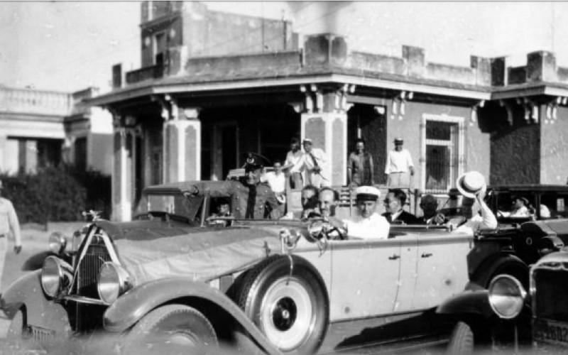 Barberán y Collar en descapotable por las calles de La Habana