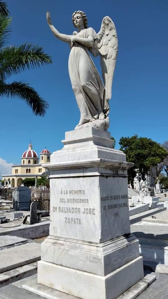 Monumento funerario en honor a Salvador José Zapata en la Necrópolis de Colón