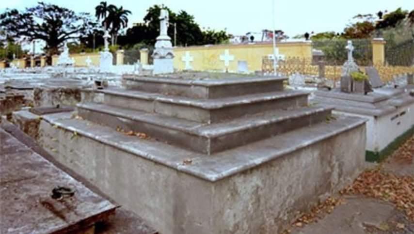 Tumba del Gorrion Cementerio de Colon