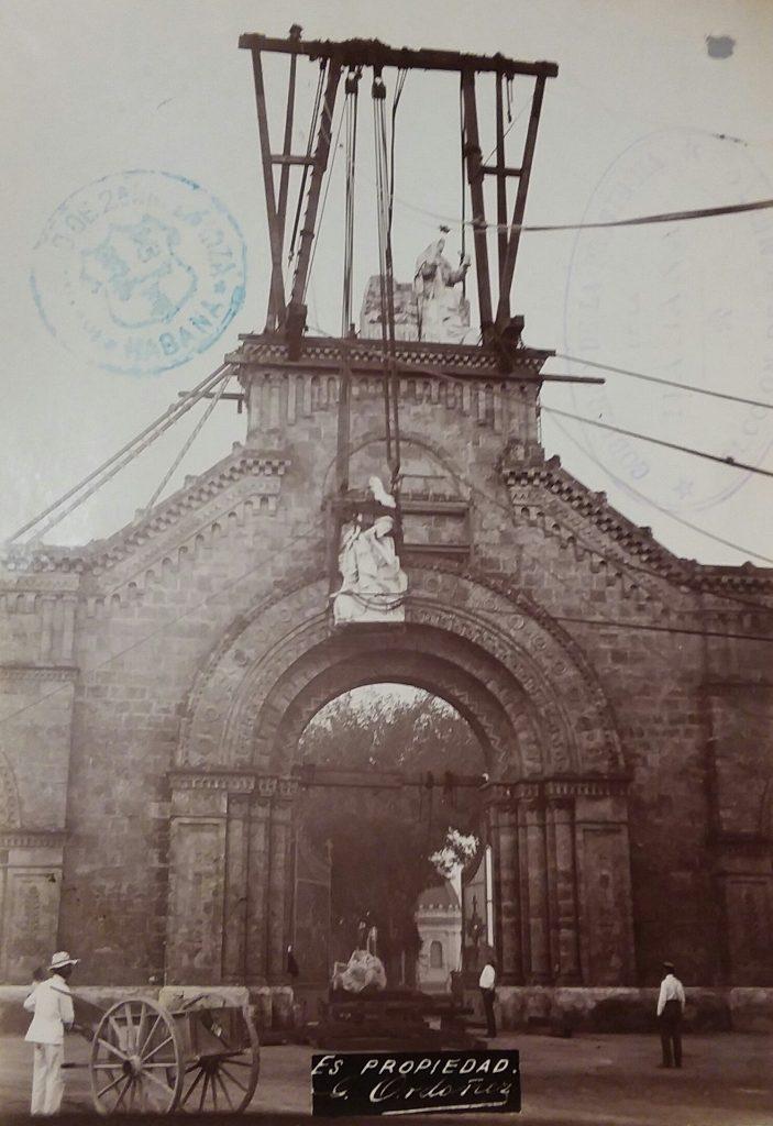 estatua de villalta en el cementerio de colon izaje 1904