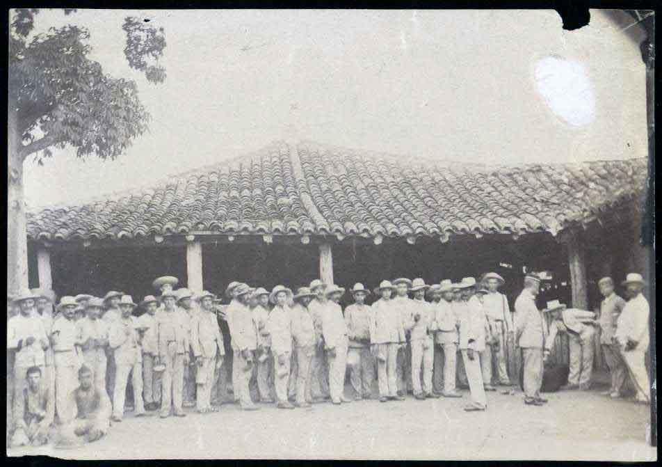 Grupo de soldados esperando el rancho Material grafico 1