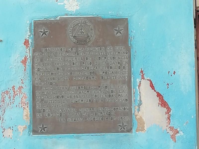 Tarja colocada en 1948 en la fachada de la antigua fábrica de medias de Arturo del Pino en Manuel Pruna y Tres Palacios
