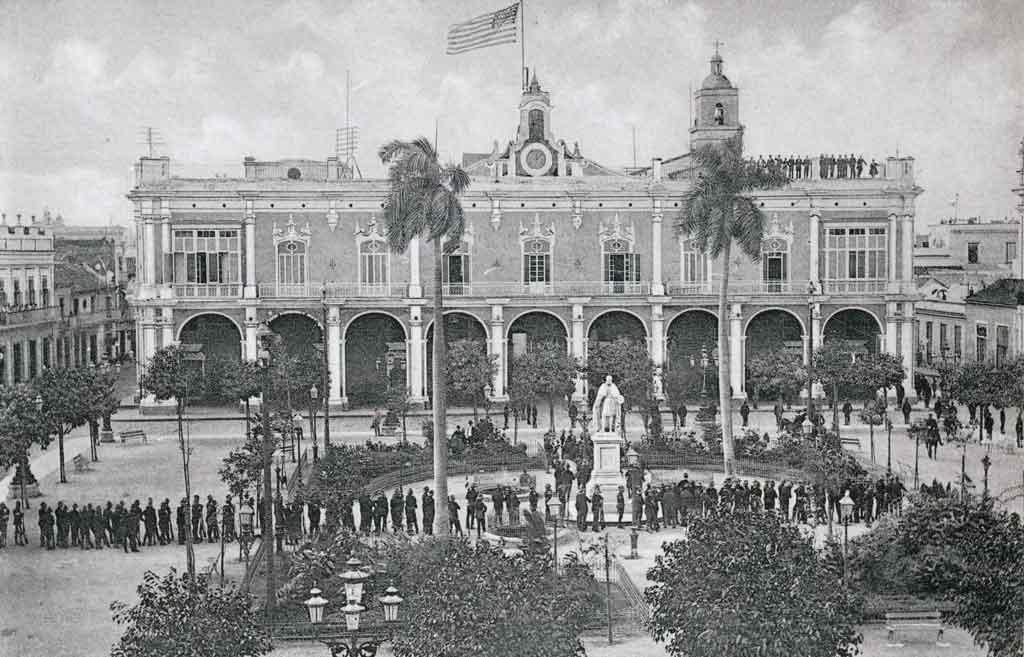 palacio-de-los-capitanes-generales-bandera-americana