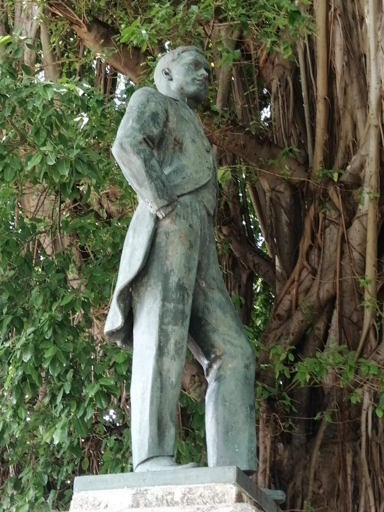 Monumento a Carlos Aguirre en el parque que lleva su nombre en La Habana